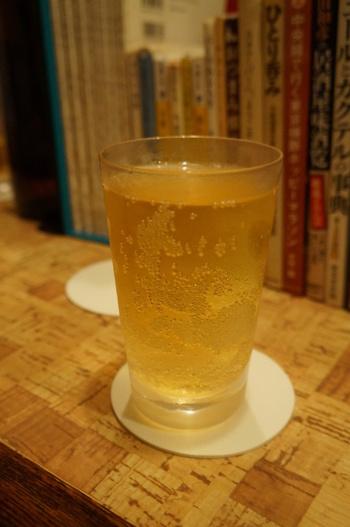 おすすめは氷のないハイボール、その名も「野毛ハイボール」。キンキンに冷えたグラスでいただくハイボールは、とっても美味しい。店内に流れる昭和歌謡曲のBGMにも酔いしれて、気分は最高です!
