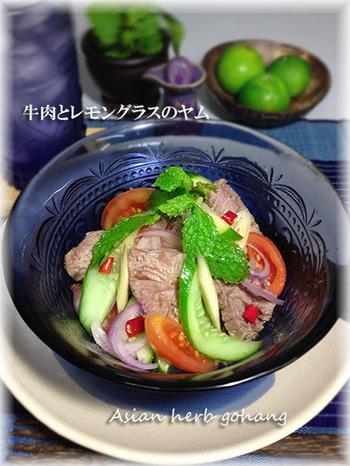 """ヤムとは、タイ語で""""混ぜ合わせる""""という意味で、和え物やサラダのこと。トマトや玉ねぎなどの野菜のほか、魚・肉・果物、どんな食材もヤムになります。"""