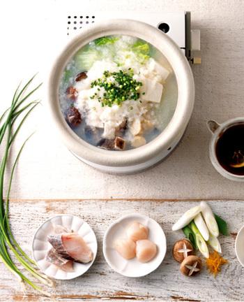 旬の時期には余らせがちな大根を、美味しく大量消費できるのが雪見鍋。大根のすり下ろしには少々体力が要りますが、その甲斐はある滋味深さです。豚肉や鶏肉など具材は何でも合いますし、こちらのレシピのように魚介類をメインもにしても旨味たっぷりの鍋になります。
