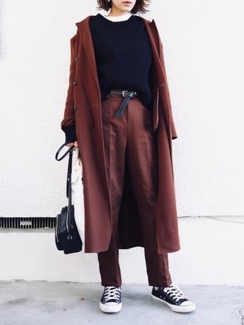 ボルドーに近いブラウンのロングコートと同色のパンツを合わせた、今年らしい色味のセットアップ風コーデ。ボトムスインの着こなしで脚長効果がアップします。
