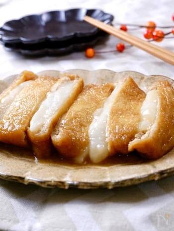 酢飯の代わりに餅を詰める、いなり寿司ならぬいなりもち。ジューシーなお揚げとお餅の相性抜群!餅巾着やお稲荷さんが好きな人にイチオシのレシピです。