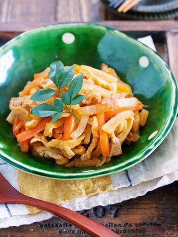 フライパンで蒸し煮にする、簡単な煮物のレシピ。大根の水分で煮るので、油揚げと大根にしっかりと味が染みます。調理後に水分が出にくいので、お弁当に入れることもできますよ。