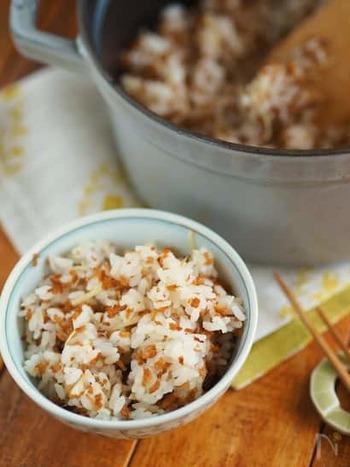 きつねが主役の混ぜご飯。油揚げを細かく刻み、炒めてから調味料を染み込ませてご飯に混ぜ込みます。カリカリお揚げの香ばしさと、生姜のさっぱり感がクセになりますよ。
