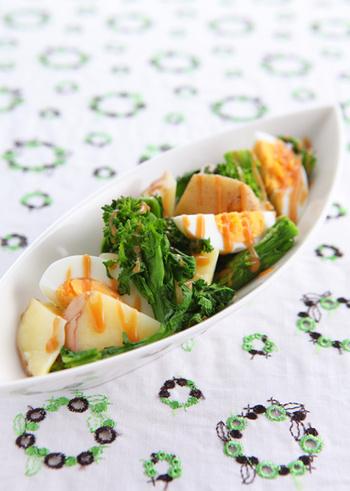 あたたかい季節が近付いたことを感じさせる菜の花は、やっぱり春らしい彩りの副菜に仕立てたくなりますよね。じゃがいもとゆで卵を使った明るい色合いのサラダを、練りごまのドレッシングでいただくレシピがこちら。スナップえんどうやアスパラを加えても綺麗です。
