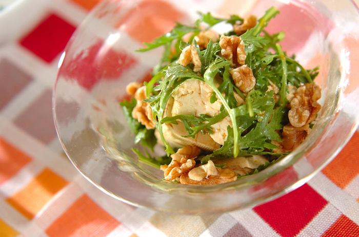春菊は生のままサラダで食べることもできます。  ポン酢にゴマ油とラー油を合わせたドレッシングはピリ辛で、食欲をそそる味わい。ヘルシーな豆腐と、歯ごたえのアクセントにもなるクルミとの組み合わせで栄養も満点です。