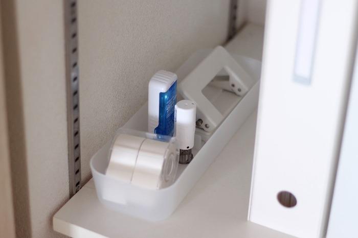 提出書類用のペン、印鑑、プリントに穴を開けるパンチなど、一緒に使うものはグルーピングしておくと便利。収納ケースに入れて取り出しやすいようリビングクローゼットの棚板に置いておきましょう。