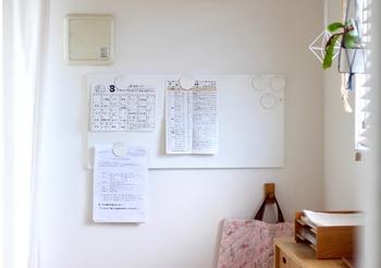 園からもらってくるお便り、小学校のスケジュール表。目に付く場所にはっておくと部屋の中がごちゃごちゃした印象に。プリントやお便り類も、扉の裏側に貼り付けておきませんか? 扉の裏側にマスキングテープ、その上に両面テープを貼り、クリアファイルを貼り付けるだけ。スッキリしつつ、確認したい時にいつでも確認できます。