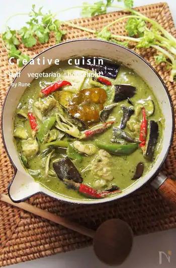 カレーも東南アジア料理の中心的存在ですね。写真は、ほうれん草とグリーンカレーペーストを使った、本格派のカレー。レモングラスの柔らかいところは、香りだけでなく食べることもできます。
