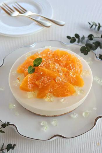 ジューシーなオレンジレアチーズケーキに、レモングラスのハーブティーで作ったゼリーをのせた、おしゃれで贅沢なスイーツ。おもてなしにもぴったりですね。