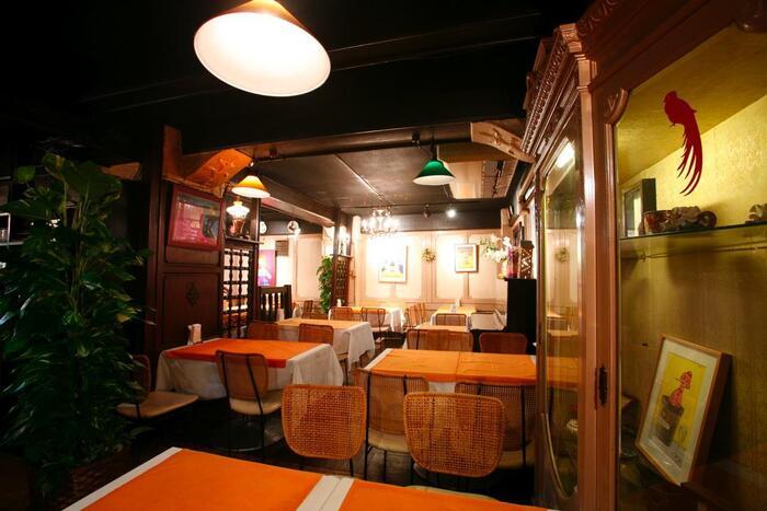 """""""昭和30年創業の老舗洋食店""""と聞くだけで期待値が上がります。どの料理もエース級の美味しさですが、このカレードリアには固定のファンがいます。店内は異国情緒あふれ、まるで海外旅行をしている気分になれます。"""