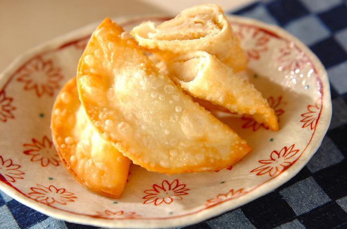サクっとかじると中から豆のあんが顔を出します♪こちらは、白花豆の甘煮を使った揚げ菓子。甘煮はつぶして柚子の皮を加えて丸めましょう。餃子の皮で包むので、生地を作る手間のかからない簡単レシピ。揚げたてを、柚子の香りが似合う日本茶と一緒にいただきましょう。