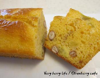 同じ豆の甘煮でも、利用するレシピを変えるだけでぐんと雰囲気が変わりますよ♪洋風なら、まずはケーキから。こちらは、金時豆とさつまいもを使ったケーキです。  はちみつを加えてさらに優しい甘さに。卵をメレンゲにする必要もなく、混ぜるだけでできる生地なので簡単に挑戦できますよ♪