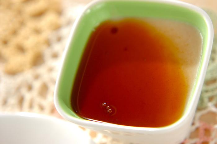 こちらは、豆を使ってプリンを作る珍しいレシピ。プリンですが卵不使用なので、卵アレルギーの人も参考にしてみてください。白花豆の優しい甘さがプリンの雰囲気を演出してくれるでしょう。  材料をミキサーにかけてゼラチンを混ぜて固めるだけなので簡単。仕上げの黒みつは、はちみつやメープルシロップなどにお好みでアレンジして洋風感を高めてもOK♪