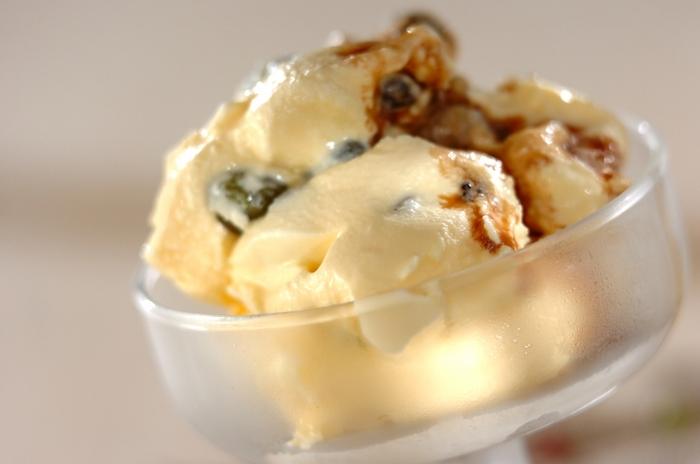 甘納豆はアイスに入れてもOK♪お豆アイスが簡単に完成します!少しやわらかくなったバニラアイスにお好みの甘納豆を混ぜましょう。抹茶アイスやチョコレートアイスにアレンジしても良いですね。こちらのレシピでは、仕上げにバルサミコ酢をかけておしゃれに♪お酢の酸味が甘みを引き立ててくれるでしょう。
