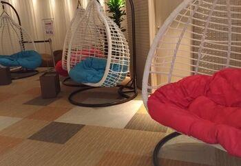 サウナの他には、岩盤浴や話題のロウリュウも!女性専用のロウリュウではアロマ水が使用されているので、香りによるリラクゼーション効果もありますよ。  お風呂上りにリラックスできるスペースや、スムージーが飲めるカフェ、カクテルが楽しめるバーもあります。