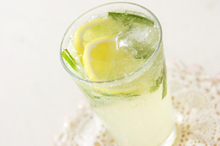 レモンの酸味と生姜の辛み、そしてハチミツの甘み。さまざまな味が調和するレモンジンジャーエールです。生のレモングラスを使っていますので、フレッシュな香りが広がります。