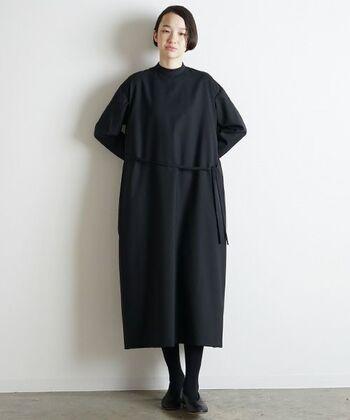 流行に左右されないベーシックなブラックドレスも一枚持っているととても便利。露出がないのでさまざまなオケージョンシーンに活躍しそう。