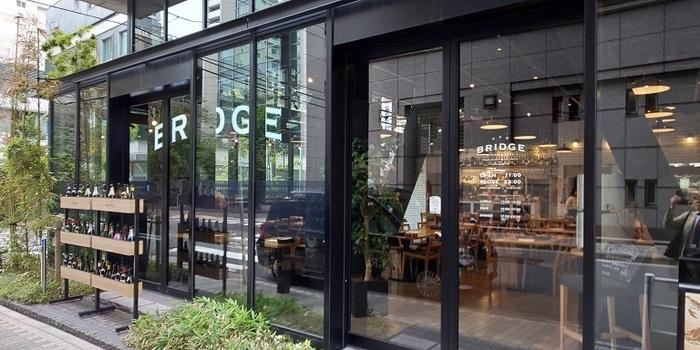 日本橋高島屋から昭和通り方面に進むオフィス街にあるお洒落なカフェ。美味しいビストロランチがリーズナブルに楽しめます。朝はコーヒー、昼はスキレットランチ、夜はお酒、と1日中通えるお店です。