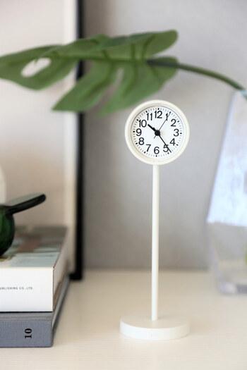 あると便利な置き時計は、インテリアの邪魔にならないシンプルなものを選びたいですね。 公園の時計をイメージしただけあり、小さくとも数字の視認性が良く、お子様にも確認しやすいとのこと。
