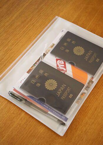 小物収納に便利なスライダーケースも、外ポケット付きだから用途が広がります。 パスポートやお薬手帳の管理、用途ごと、シーンごとと色々なパターンでまとめることができます。