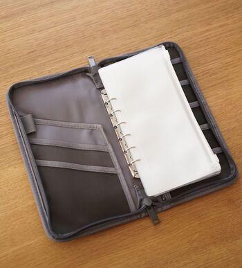 「パスポートケース」は、ムジラーでなくても持っている方多いかもしれません。  中にセットされたスライダーケースがお札の管理にぴったりということで、家計管理に使われる方が多いです。 ちなみにスライダーケースは追加購入できます。
