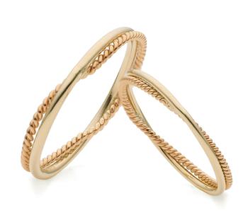 こちらは、職人技が光るデザイン「金糸」。細い2本の金線をより合わせたデザインが、繊細なきらめきを放ちます。  1本では頼りない繊細な金線も2本を結べば強固な金の糸に。「二人の永遠の愛を結ぶ」という意味も込められているそう。