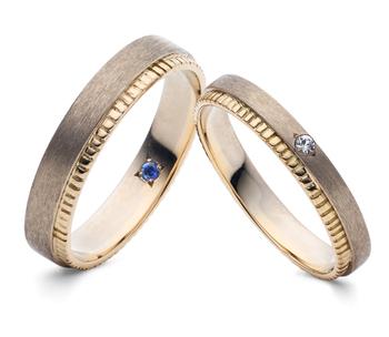 スリランカ産のカラーストーンをひとつずつ施したリングは、重ね付けしているようにもみえるデザイン。肌なじみの良い絶妙なゴールドも魅力ですね。  職人さんの手作業で一点一点加えられた刻み模様は、二人で積み重ねていく日々が表現されています。