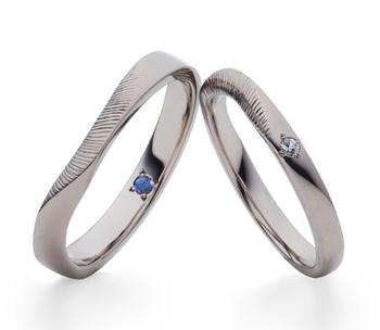 流れるような曲線の美しいリングは、スリランカの海をイメージしたデザイン。2つのリングを重ねると穏やかな波の表情が。  2人の出会いや思い出に海が欠かせない役割を果たしている……そんなカップルにもおすすめです。