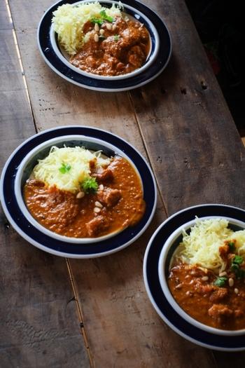 一方、南部は米が主食。カレーはとろみが少なくスープ状で、細長いインディカ米と混ぜ合わせて食べます。辛味は強めですが、マスタードシードやカレーリーフなどのスパイスとともに、ココナッツミルクやフルーツも使うのが特徴。北部のカレーよりも油分が少なく、さらりとしたヘルシー系のカレーです。