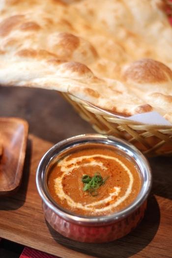 インドのカレーは、国の東西南北それぞれの地域で味わいが違い、特に北部と南部の違いは明確だと言います。ナンやチャパティーをつけて食べるカレーは主に北部のもの。牛乳・生クリームなどを使った濃厚なベースに、たくさんのスパイスが豊かに香るとろみの強いカレーです。キーマカレーやバターチキンカレーは日本でも人気ですよね。