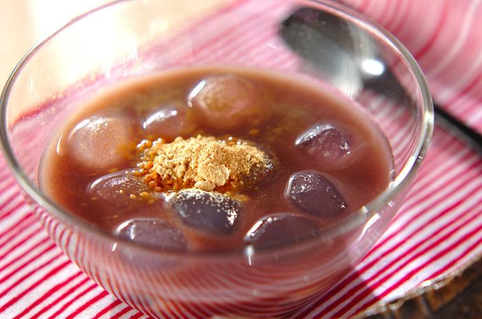 市販のわらび餅を、甘いおしるこに加えたアレンジレシピ。ご家庭ではこしあんに冷水を混ぜて冷やすだけなので、とっても簡単です。わらび餅のもちもちとした食感は、甘いこしあんとの相性抜群ですよ。