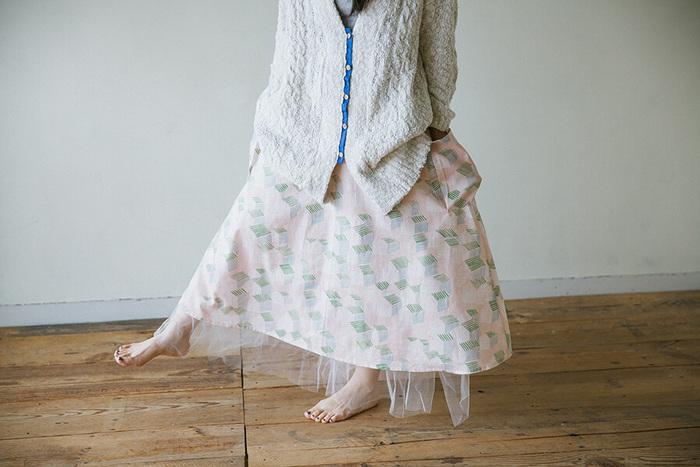 ふんわりと広がるフレアスカートに、大きなポケットがついたデザインです。 パッチポケットが付くだけでカジュアルさがプラスされるので優しい雰囲気なります。