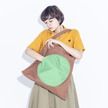 大きな丸いポケットがインパクトあり! 形も色もとっても個性的です。 バッグメインのコーディネートを考えたくなりますね。