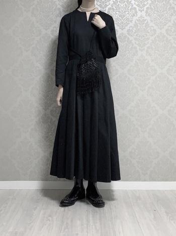 シンプルなブラックワンピースを主役にしたお呼ばれスタイル。ドレッシーなポシェット&パールネックレス、可憐なアイテムで女性らしさを表現。Church'sのスタッズ付きサイドゴアブーツを合わせて、やや辛口な要素もプラスしたところが巧みです。