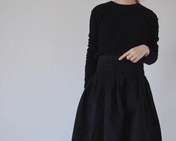 たっぷりプリーツの入ったボリュームのあるフレアスカートにぴったりタイトなニットを合わせて。女性らしいシルエットも全身黒だと、なんだかかっこいい。パリジェンヌのようなシックなスタイルが素敵です。