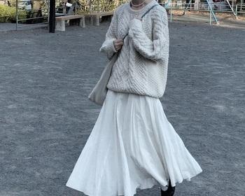 アラン模様のセーターにコットンのフレアースカート。潔く白に統一することで、ナチュラルな中にもかっこよさ、透明感...いろんな要素が付加されます。白はイメージを膨らませる色。自分に自信を持って着こなしたいですね。