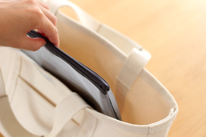 避難が必要な緊急時、物が多く散らばっていては、本当に必要な物をなかなか見つけられなかったり、取り出せなかったりするかもしれません。銀行通帳や印鑑、小銭を入れたお財布、スマホの充電器など、緊急時に持って出る必要がある大事な物は、取り出しやすい場所にまとめておくとよいでしょう。ポーチなどに分けてバッグに入れておくと、普段の外出の際にも便利そうです。