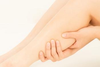 今回は足の裏と甲になりますが、足裏マッサージは、足の裏だけではなく、できるだけ膝下あたりまでもむと、より体調を整えやすくなりますよ。さらには美脚も目指せます。