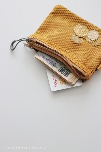 メッシュ側は中身が透けて見え、反対側は見えない仕様と、2つのチャックが付いているポーチです。 小さいサイズはお財布をコンパクトに持ちたい日に最適。 小銭も見やすく取り出しやすいのだそう。