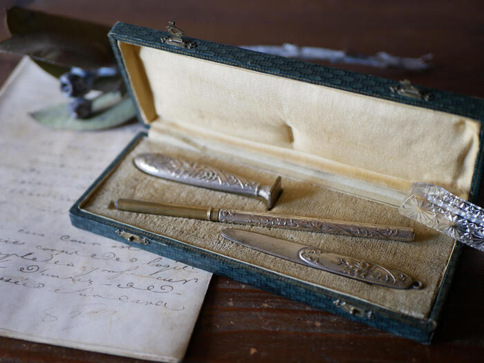 手紙の封をするためのカシェ、ペン、ブックマークにもなるレターオープナーと専用のケースのセットです。こんなに素敵なセットが手元にあったら、メールよりも手書きの手紙を選びたくなりますね。