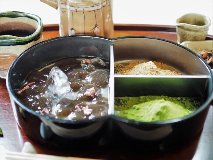 """東京で人気の和菓子店「廚 菓子くろぎ」の""""蕨もち まゆら""""は、希少な本わらび粉を100%使った贅沢な一品。とろけるような舌触りと華やかな香りが、インパクト大です。高級感のある桐箱のなかには、""""黒みつ味""""と""""抹茶味""""の2種類のわらび餅が。きな粉と鶯粉で、味の変化も楽しめます。"""