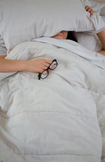 体内時計とは、「昼間は活動的になり、夜になると徐々に休息状態になる」という、人の生体リズムのこと。  体内時計が狂ってしまうと、夜間、十分な休息が取れず、日中のパフォーマンスも低下してしまいます。