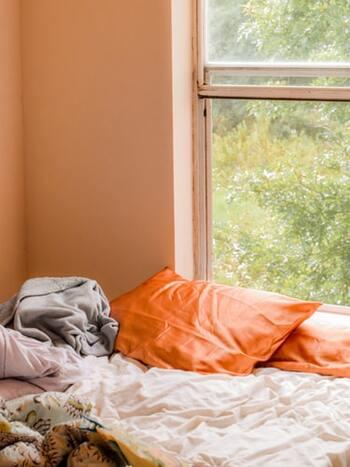 もし防犯上、問題がないようであれば、カーテンを開けたままにして眠るがオススメ。  遮光カーテンが引いてあると、朝になっても室内は暗いままですよね。朝日がのぼると、自然と室内が明るくなり、自ら行動しなくても、体に光が届きます。