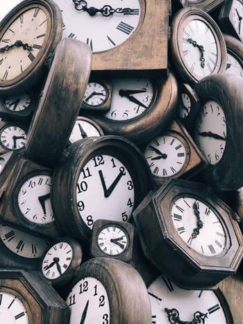 実は体内時計はおおよそ24時間という周期でまわっており、だれでも、数分から数十分という誤差を、毎日調整しています。  正しい生活リズムを繰り返すことで、いったん狂ってしまった体内時計も、徐々に正しく調整可能ですよ。平日の、「いつもの睡眠時間」を取り戻せたら、ほぼ大丈夫。