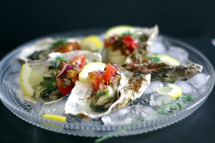 新鮮な生食用の牡蠣が手に入ったら、やっぱり生牡蠣でいただくのが1番の贅沢。トマトの風味豊かなピリ辛サルサソースを添えて。白ワインも合うけれど、レモンサワーもなかなかいけます。