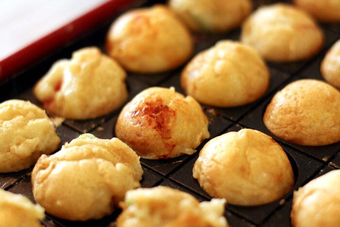 大阪の人にとって、たこ焼きは3時のおやつ的な存在。小腹が空いたときに、軽くつまめるちょうどいいサイズ感も魅力です。昼下がりに熱々のたこ焼きとレモンサワーを1杯!たまにはそんな休日の過ごし方も素敵ですよね。