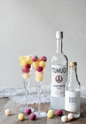 日本発のカクテルベース「WAPIRITS TUMUGI(ワピリッツ ツムギ」を使って作るレモンサワー。日本酒のようなまろやかさがありながら、しっかりアルコール感もあるTUMUGI(ツムギ)。炭酸で割るとすっきり調和の取れた味わいになります。アイスの実を入れておしゃれに仕上げたレモンサワーはちょっと贅沢なデザートドリンクとしていただいてみてもいいですね。