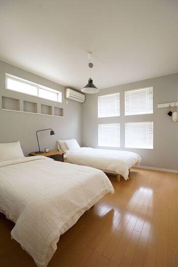 寝ている時は無防備です。就寝中に地震が起こっても怪我を防げるように、倒れたり動いてしまう大きな家具を寝室には置かないようにしましょう。スペース的にどうしても置かなければならない場合は、ベッドに向かって倒れてこないように向きを平行にするなど、配置を考えてみるとよさそうです。