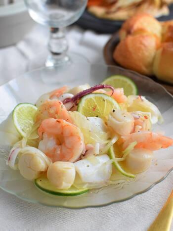 魚介類をライムやレモン等、柑橘類でマリネするセビーチェ。シーフードは旬や好みでセレクトしてパパッと気楽に作りましょう。ペルーの郷土料理ですが、レモンサワーで役不足ということはありません。むしろ美味しさをより引き立ててしまうからすごい。レモンサワーって懐深いですよね。