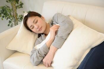 体内時計が狂っていると、日中に眠気を感じることもしばしば。  そんなときは無理せず、午後3時までに軽いお昼寝をするのがおすすめ。短い時間でも、我慢するよりも眠気をぐっと軽減させることができます。